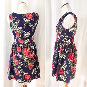 Modcloth Dresses - Flattering Floral ModCloth Navy and Red Dress! 🌹